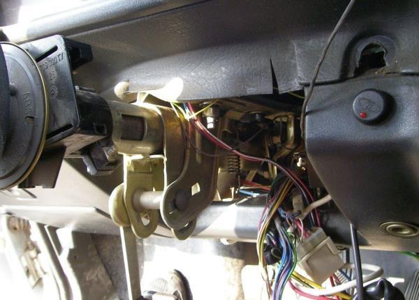 Снятие кожуха рулевой колонки, переключателей и замка зажигания №1