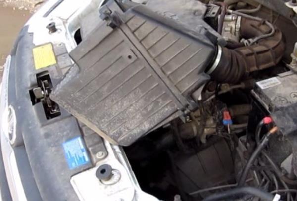 Снятие воздушного фильтра двигателя с корпусом из Лада Гранта (ВАЗ 2190)