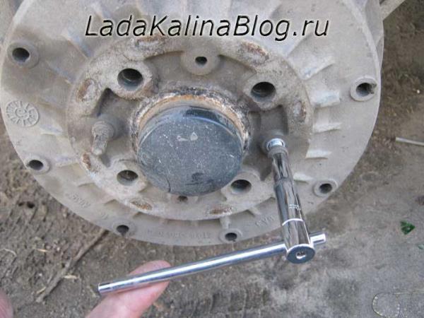откручиваем шпильку крепления заднего тормозного барабана на Калине
