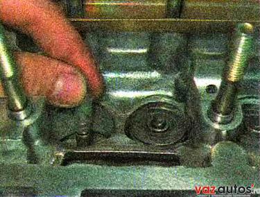 Надеваем на стержень клапана специальную пластмассовую оправку (входящую в комплект новых колпачков) так, чтобы она закрыла проточки на стержне