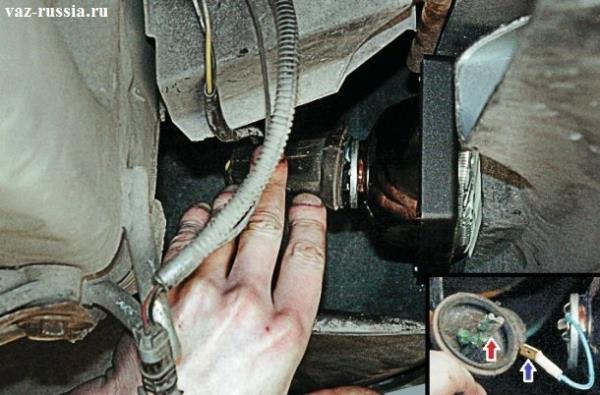 Отведение резинового чехла от фары и отсоединение вследствие чего разъёма от провода