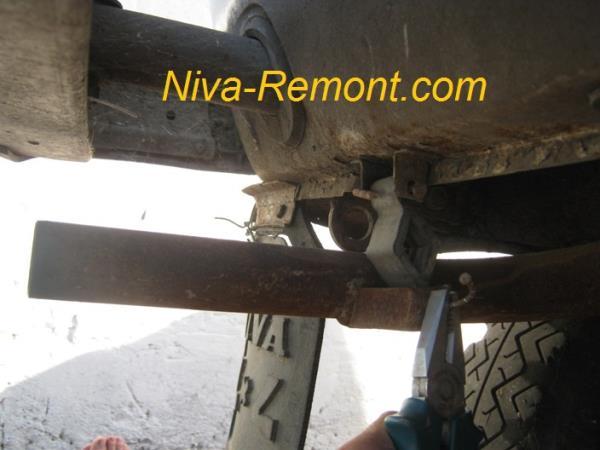вынимаем шплинт подвесного крепления глушителя на Ниве ВАЗ 2121