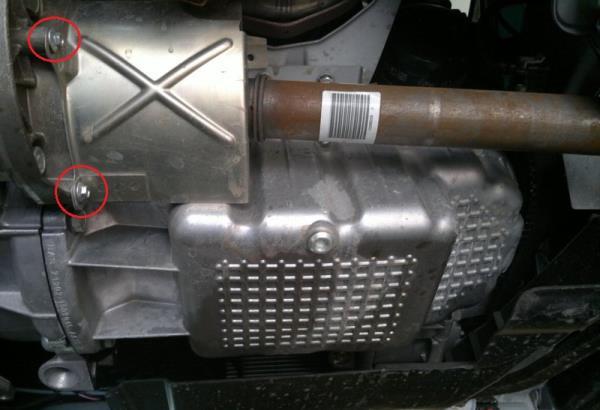 Размещение болтов крепления теплозащитного экрана внутреннего ШРУСа привода правого колеса Лада Гранта (ВАЗ 2190)
