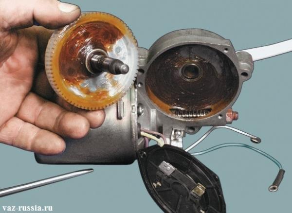 При обратной сборке, смажьте шестерню редуктора и червяк вала электродвигателя консистентной смазкой