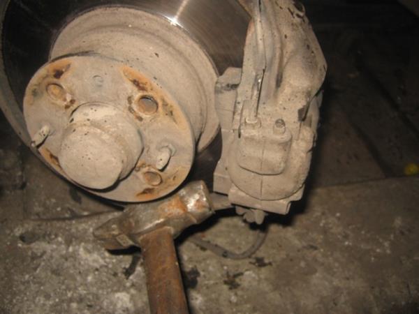 сбиваем суппорт молотком на ВАЗ 2101-2107