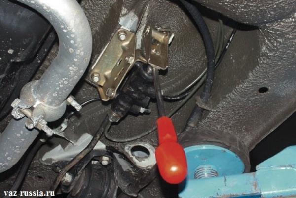 Вставленная отвертка в регулятор давления тормозов