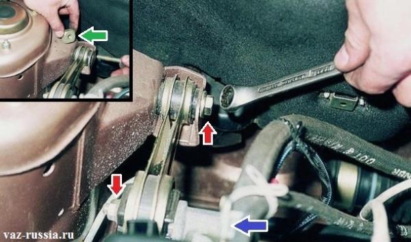 Выкручивание болтов и снятие верхней подушки которая крепит двигатель, с автомобиля