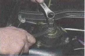 Zamena-pruzhiny-perednej-podveski-avtomobilja 02