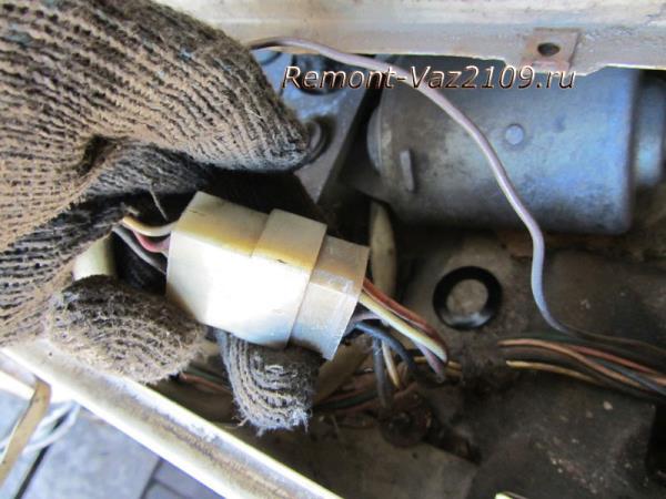 отсоединение штекера питания от моторчика дворников на ВАЗ 2109-2108