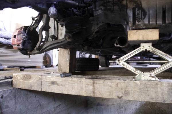 Установка домкрата под картер коробки передач Лада Гранта (ВАЗ 2190)