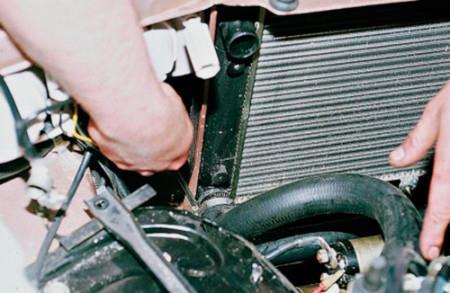 Ослабляем затяжку хомутов шлангов радиатора охлаждения на ВАЗ 2108, 2109, 21099
