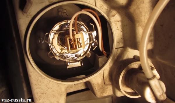 На фото изображена компоновка в которой находится лампа дальнего света