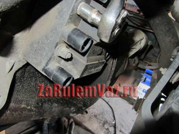 открутить гайки крепления модуля зажигания на ВАЗ 2114-2115