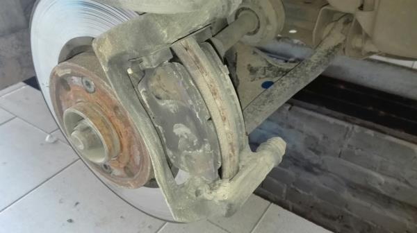 Грязный передний суппорт тормозной системы Lada Largus