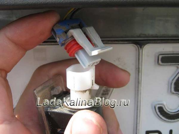 штекер лампы подсветки номера на Ладе Калине