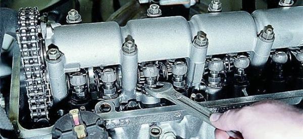 Как выполнить регулировку клапанов ВАЗ 2106?