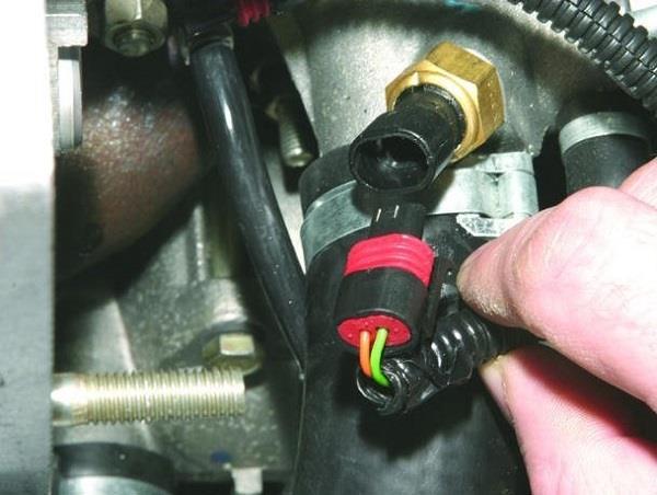 Процесс отсоединения провода от измерителя