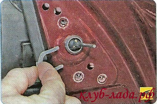 Снять стопорную скобу регулятора зеркала