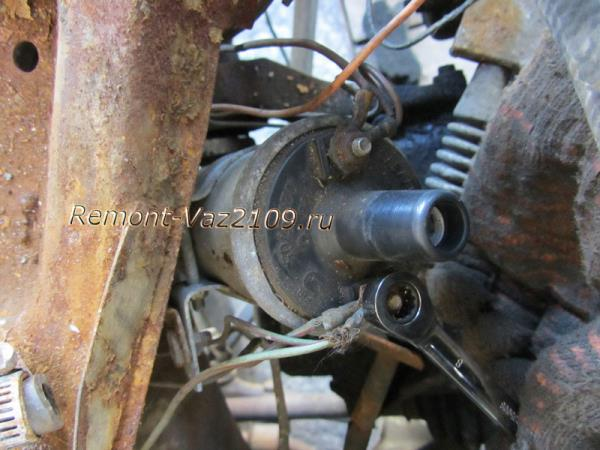 открутить гайки проводов на катушке зажигания ВАЗ 2109-2108