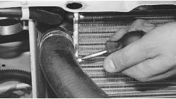 snjatie-zamena-ustanovka-radiatora-sistemy-okhlazhdenija-lada-priora 17