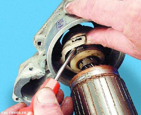 Выведение плеч рычага привода стартера из зацепления с муфтой