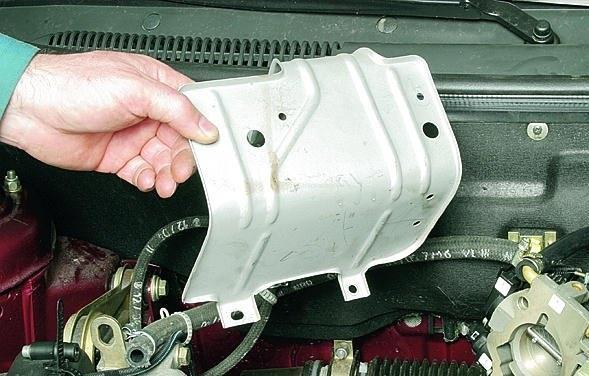 Снятие теплозащитного щитка рулевого механизма Лада Гранта (ВАЗ 2190)