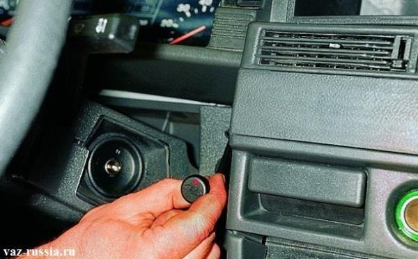 Засовывание индикатора совместно с проводами, в отверстия панели