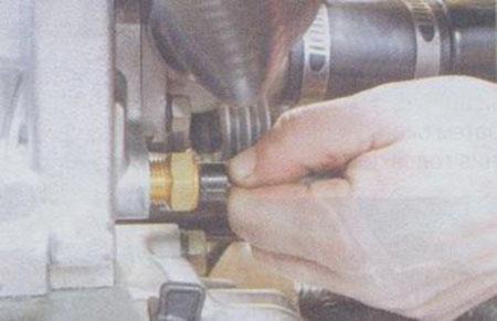 Снимаем клемму с датчика охлаждающей жидкости