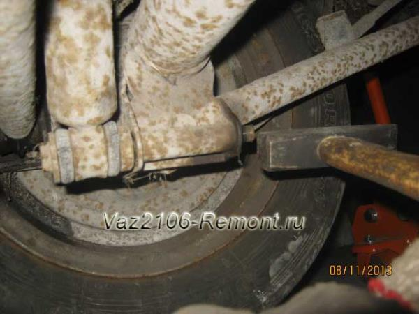 выбиваем нижний болт крепления амортизатора на ВАЗ 2106