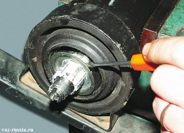 Снятие пыле-отражателя со шлицевой части кардана