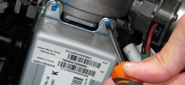 Откручивание винтов крепления блока электроусилителя рулевого управления Лада Гранта (ВАЗ 2190)