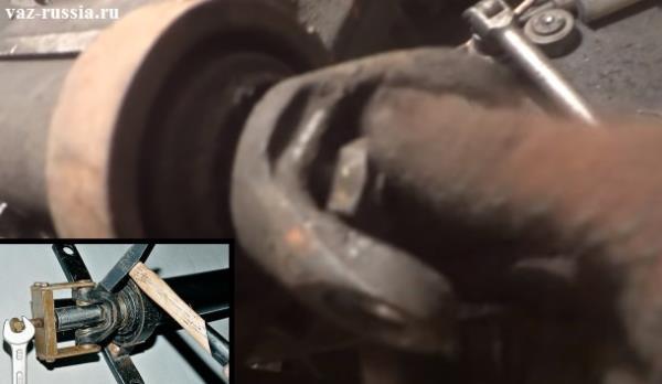 Выворачивание центральной гайки которая вилку крепит за которой подвесной подшипник установлен