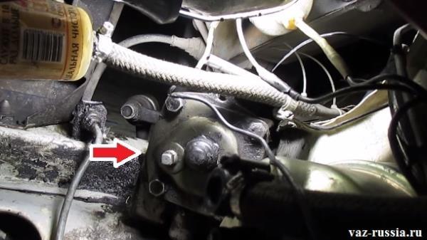 Стрелкой указано местоположение рулевого редуктора в подкапотном пространстве автомобиля