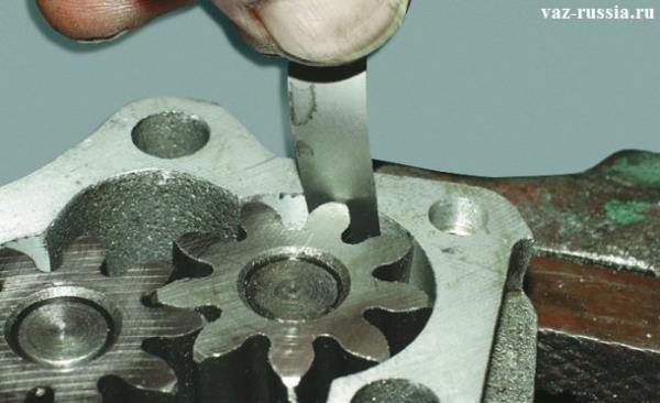 Проверка зазора между наружным диаметром шестерни и стенок корпуса масляного насоса