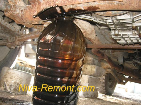сливаем старое отработанное масла из поддона двигателя Нивы