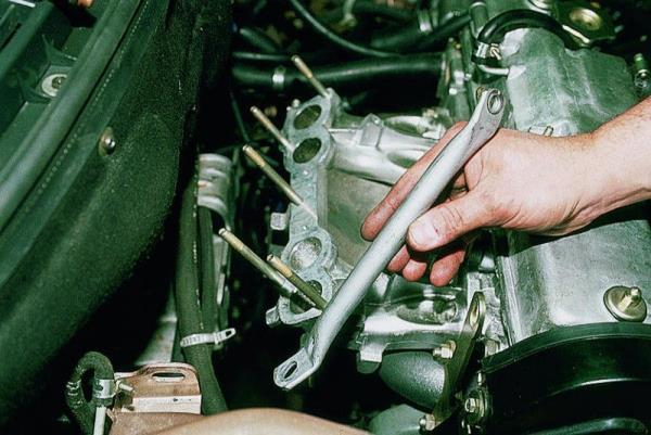 Снятие правого кронштейна впускного коллектора 8-клапанного двигателя Лада Гранта (ВАЗ 2190)