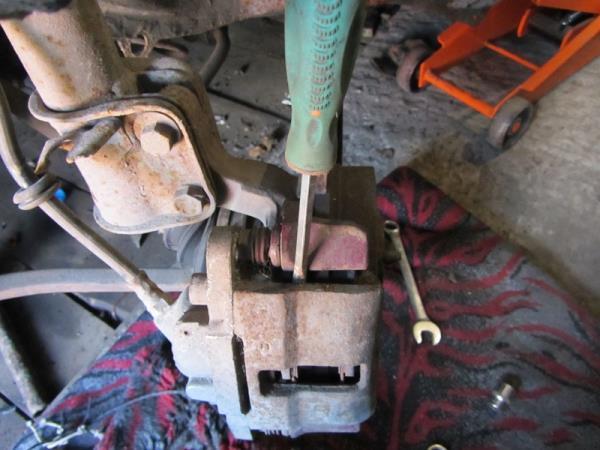 как извлечь тормозные колодки спереди на ВАЗ 2114-2115