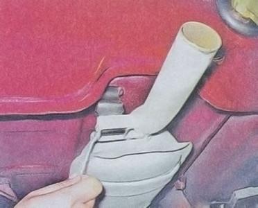 Откручиваем болт крепления подвеса глушителя к глушителю на ВАЗ 2101, 2102, 2103, 2104, 2105, 2106, 2107
