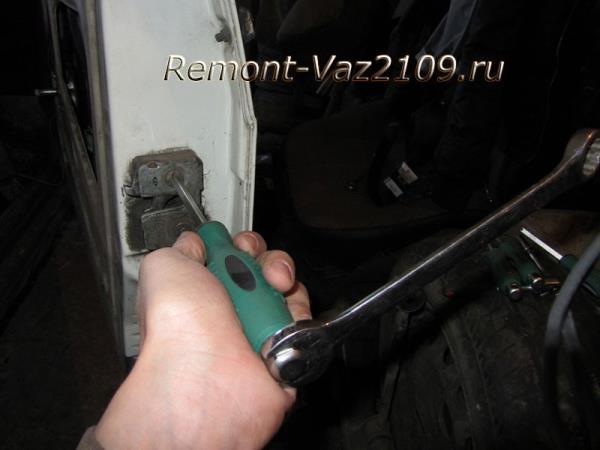 как открутить болты крепления замка двери на ВАЗ 2109-2108