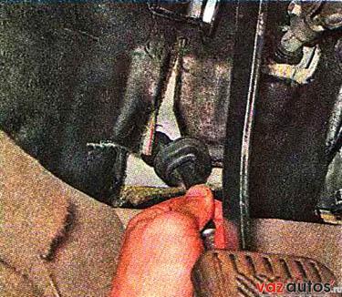 Извлекаем резиновый чехол из отверстия перегородки моторного отсека, вытягиваем трос из моторного отсека и снимаем его