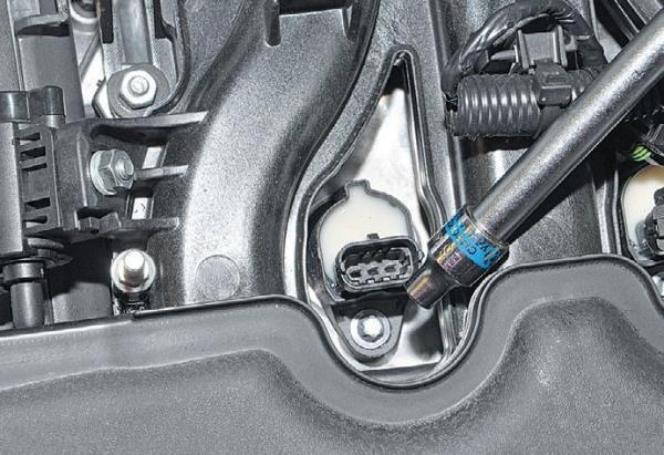 Откручивание болта крепления индивидуальной катушки зажигания двигателя ВАЗ-21126 Лада Гранта (ВАЗ 2190)