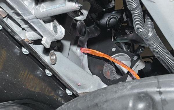 Сливание охлаждающей жидкости из блока цилиндров двигателя ВАЗ-21126 Лада Гранта (ВАЗ 2190)