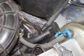 сливаем тосол через шланг от двигателя к радиатору