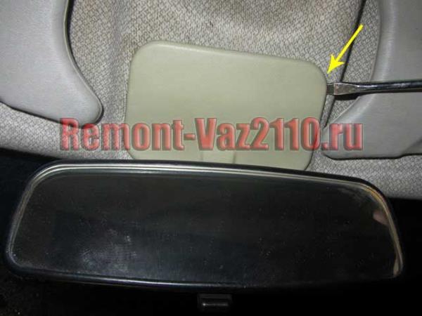 поддеваем накладку зеркала салона на ВАЗ 2110-2112