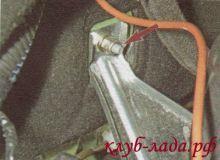 Отвернуть гайку кожуха рулевой рейки Калины