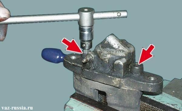 Выворачивание шестигранных винтов крепления тормозного цилиндра к скобе