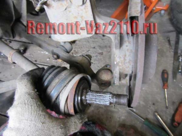 отсоединить один конец шруса на ВАЗ 2110-2112