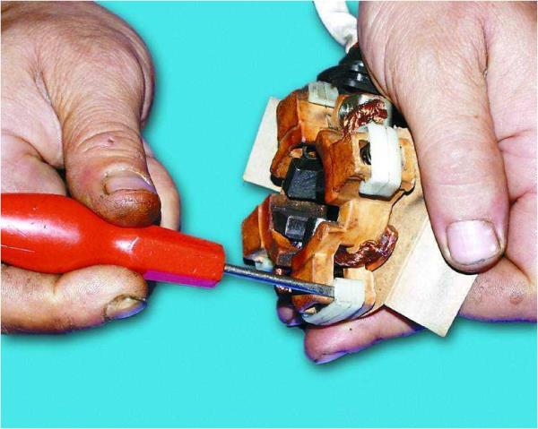 Поддевание отверткой фиксаторов щеток стартера Лада Гранта (ВАЗ 2190)