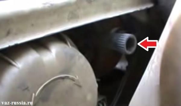 Стрелкой указан регулировочный винт благодаря которому регулируется свет фар по вертикали