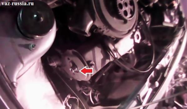 На фото крышка закрывающая механизм ГРМ уже снята, а так же снят шкив распредвала, а уже стрелкой показано местонахождение самого сальника который и нуждается в замене